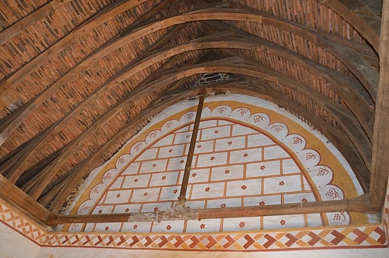 Peinture murale à l'ocre sur les murs intérieurs du château de Guédelon