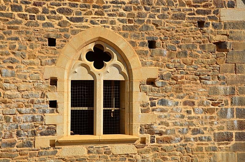 Fenêtre et mur extérieur du château de Guédelon