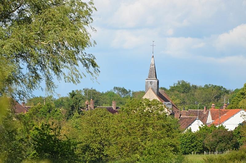 Au loin le village de Marchais-Béton dans l'Yonne