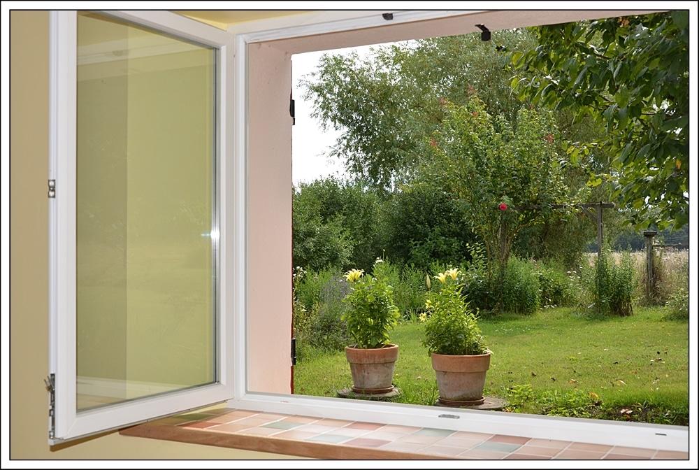 Chambre Cerise vue vers la verdure du jardin