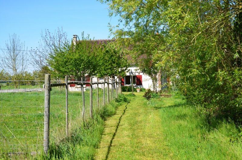 le gîte rural en avril vue du jardin près de la mare situé à Fontenouilles Charny Orée de Puisaye dans l'Yonne