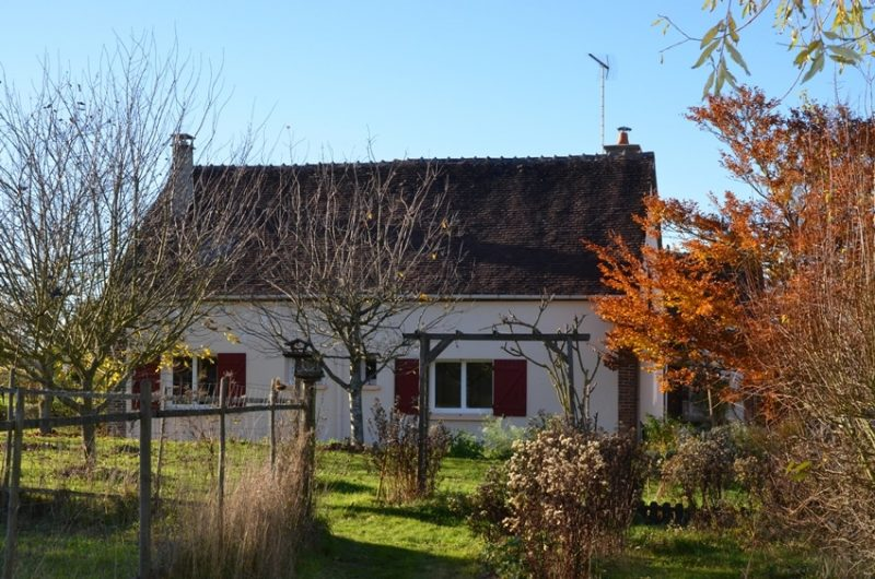 La façade arrière du gîte en automne à Fontenouilles Charny Orée de Puisaye dans l'Yonne