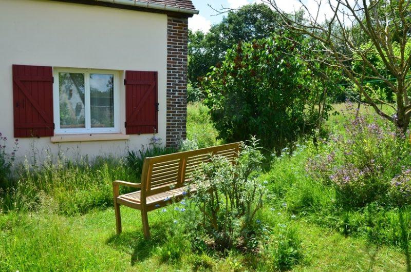 Faire une pause sur un banc du jardin près du gîte à Fontenouilles Charny Orée de Puisaye dans l'Yonne