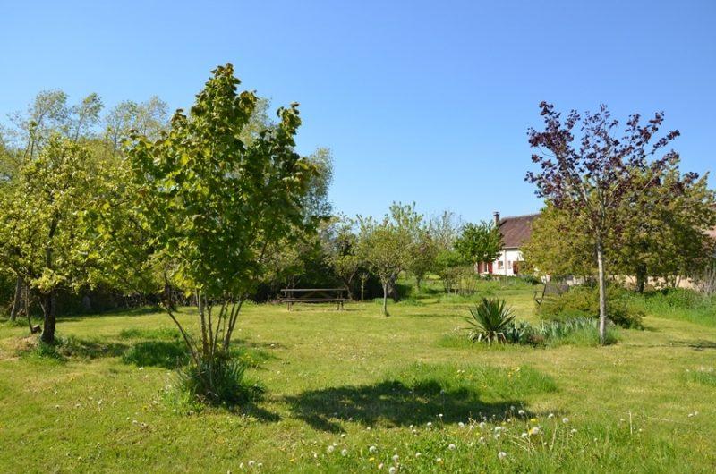 Le gîte vu d'un espace du jardin situé non loin de la mare. Gîte rural situé à Fontenouilles Charny Orée de Puisaye dans l'Yonne