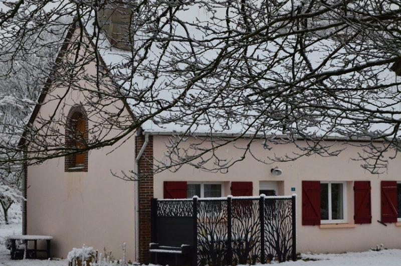 L'hiver, la neige entoure le gîte situé à Fontenouilles Charny Orée de Puisaye dans l'Yonne