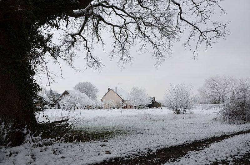 Le gîte sous la neige vu du chêne situé à Fontenouilles Charny Orée de Puisaye dans l'Yonne