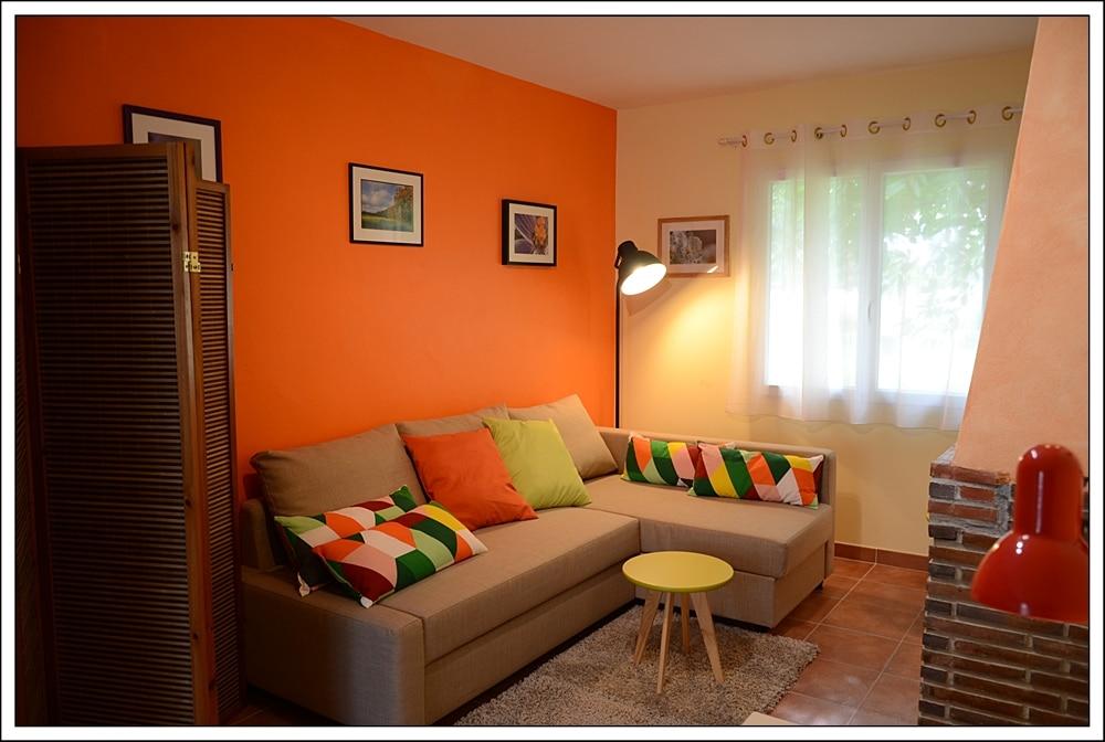 Salon Mandarine - Couchage possible pour 2 personnes dans un canapé convertible